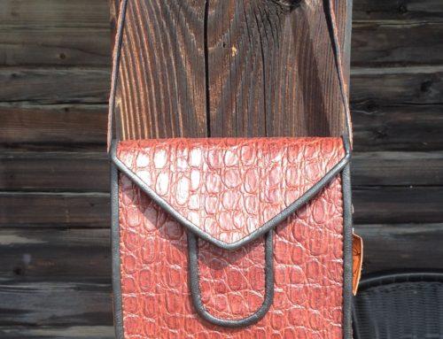 Handväska i krokopressat kalvskinn hos DoTe!